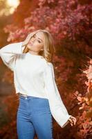 jonge vrouw op een achtergrond van rode en gele herfst