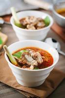 hete en pittige soep met varkensribbetjes.