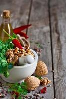 koriander en walnoten in een vijzel foto