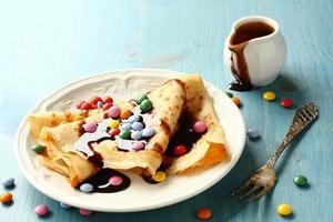 zelfgemaakte pannenkoeken met veelkleurige dragee foto