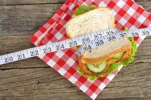 sandwich met maatregelenband op houten achtergrond foto