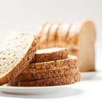 lekker gesneden rozijnenbrood foto