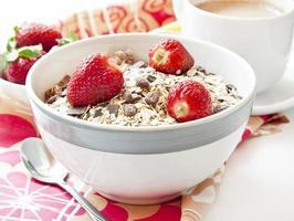 aardbeien met muesli in een kom foto