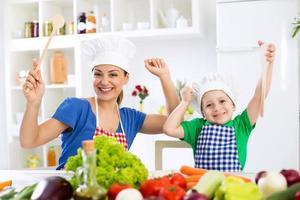 lachende gelukkige mooie familie klaar voor koken