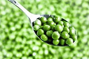 groene erwten op de lepel