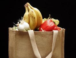 zak met groenten en fruit foto