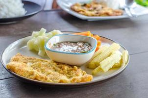 Champignonomelet met garnalenpastasaus en groente