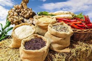 vier soorten rijst in kleine jutezakjes foto