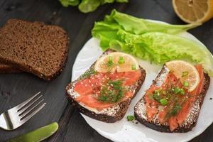 sandwich met zalm als ontbijt foto