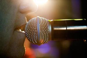 zanger op het podium