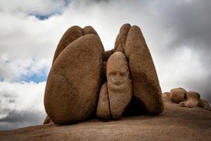 stormachtig weer in een rotsachtig landschap van het Joshua Tree National Park foto
