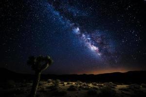 death valley silhouet onder de melkweg foto