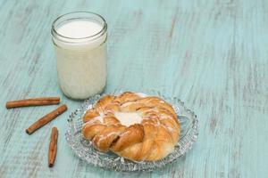 Deens gebakken gebak op glazen plaat met melk foto