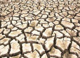 door droogte uitgedroogde grond