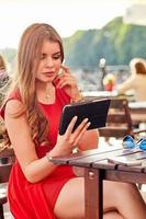 vrouw in straatcafé foto