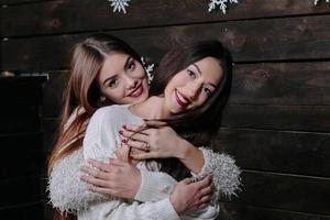 twee mooie meisjes met kerstmis foto