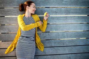 vrouw met telefoon op zonnebank foto
