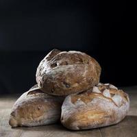 rustiek brood brood op zwarte leisteen bord. foto