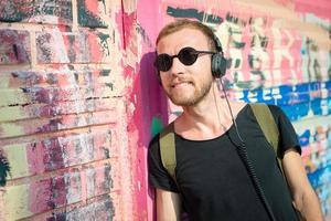 hipster moderne stijlvolle blonde man luisteren muziek foto