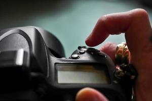 vinger klikken op ontspanknop van een dslr-camera