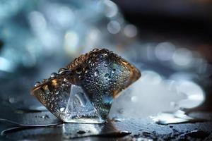 macro van transparant blauw ijsblokje foto