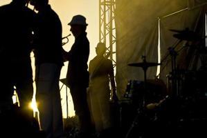 silhouet van muzikanten in het podium