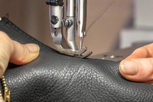 handen op de naaimachine foto