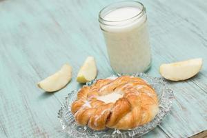 Deense gebakken banketbakkersmelk en vers gesneden appel foto