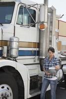 vrachtwagenchauffeur met vrachtwagen foto
