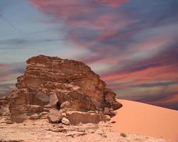 bergen van de wadi rum-woestijn in het zuiden van jordanië foto