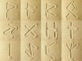 runen geschreven in het zand foto