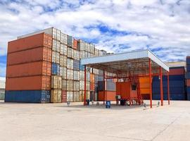 containers doos stapelen op locatie voor transport foto