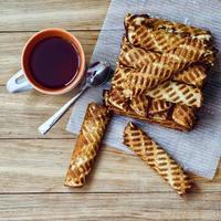 zelfgemaakte wafelbroodjes en kopje thee foto