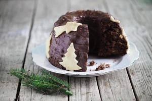 chocolade gugelhupf cake met marsepein, kerstboom foto