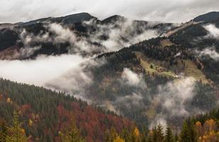 opwarming van de aarde. berglandschap. wolken en mist foto