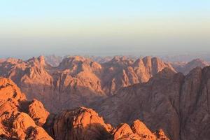uitzicht op de bergen van de sinaï bij dageraad