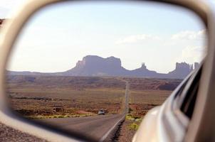 monument vallei in achteruitkijkspiegel foto