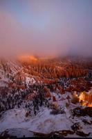 de mist in het Bryce Canyon National Park, de zon komt net op foto