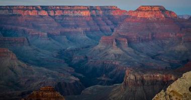 avondlicht over de toppen van de kloof foto