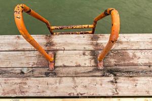 helemaal naar beneden, het water in met oranje zwemtrappen. foto