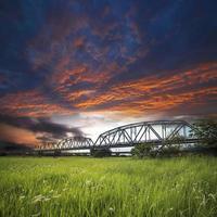 oude ijzeren truss-brug foto
