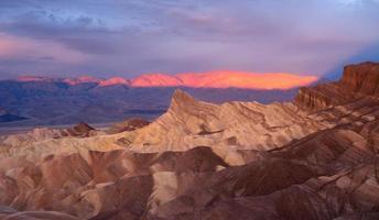 dramatisch licht badlands amargosa bergketen death valley zabriskie foto