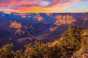 majestueus uitzicht op de Grand Canyon in de schemering foto