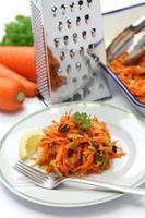 geraspte wortelsalade en rasp foto