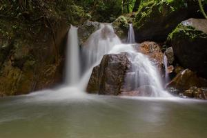 waterval in diep bos foto