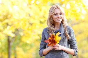 vrouw in herfst bos