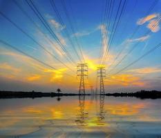 dramatische zonsondergang tijdens overstroming foto