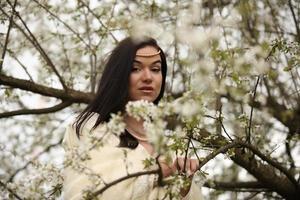 bruid trouwjurk in bos vintage boom foto