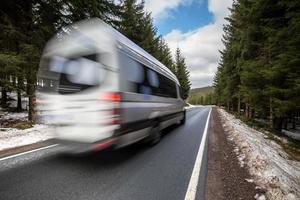 snelle auto op een winter bosweg