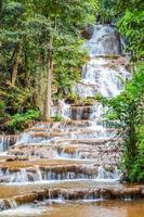 tropische waterval in het bos foto